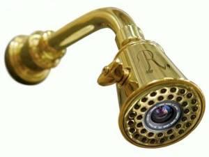 Skrytá kamera umístěná ve sprše